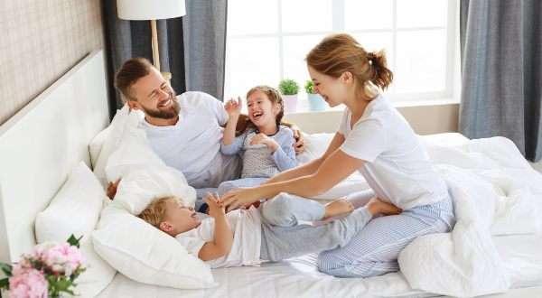 famiglia gioia casa nuova gioca camera da letto